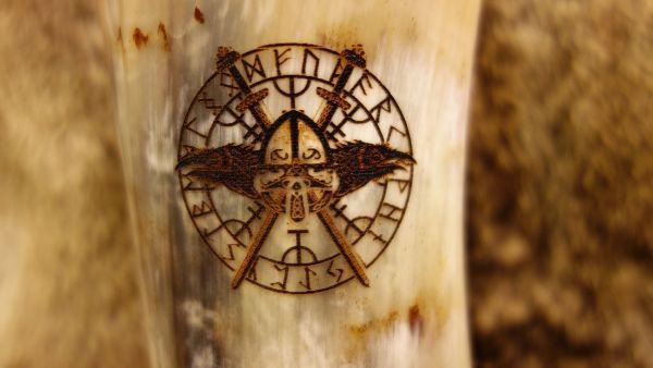 Branding Runenrabe mit gekreuzten Schwertern und Helm