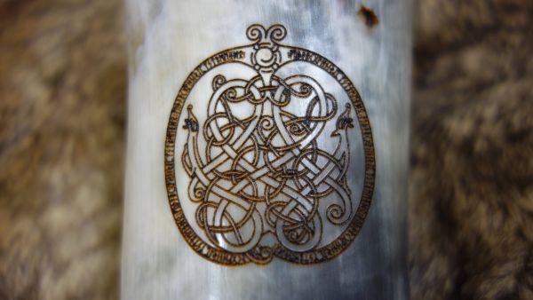 Branding keltischer Knoten mit Drachen und Runenrand