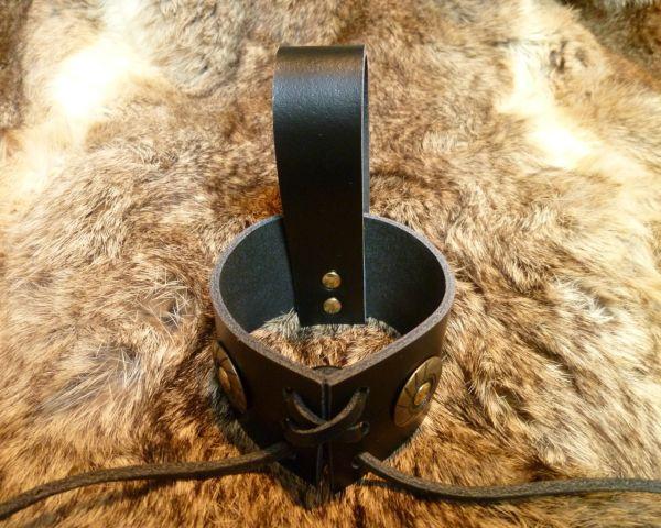 Trinkhorn Gürtelhalter verziert mit Ziernieten aus Leder in schwarz