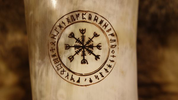 Branding Wegweiser mit Runen