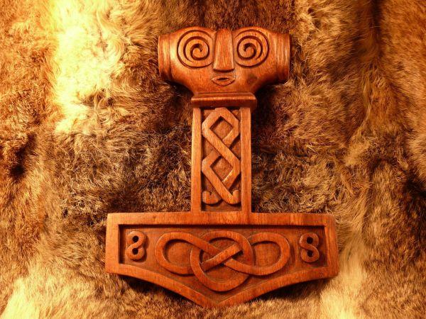 Mjölnir aus Holz, Wanddeko